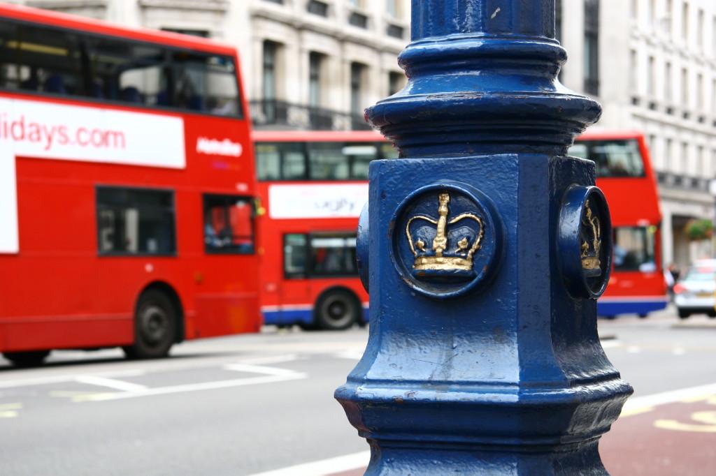Routemaster - Doppeldeckerbusse hinter der britischen Krone