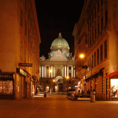Hofburg bei Nacht vom Graben aus gesehen