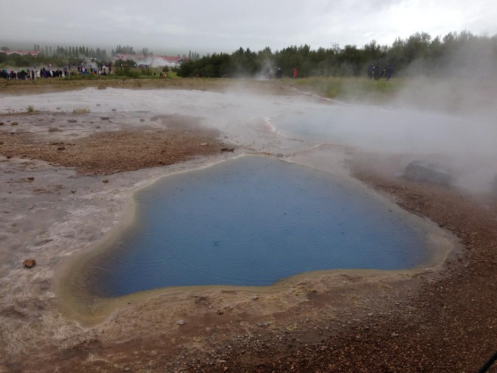 Thermalquelle Blesi - Die blaue Farbe ist der Kieselsäure geschuldet. Sie reflektiert vor allem blaue Strahlen.