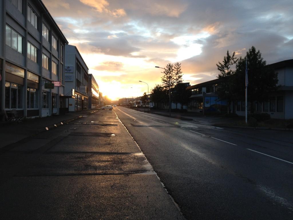 Sonnenuntergang um Mitternacht in Reykjavík