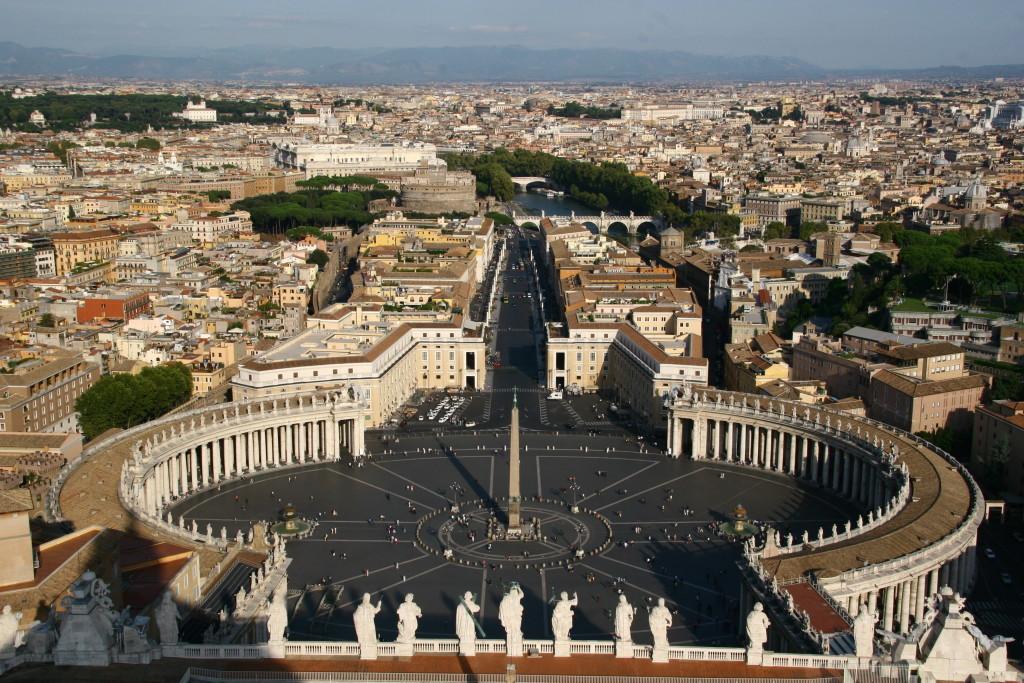 Aussichten von der Kuppel des Petersdoms: Rom-Panorama und Petersplatz (Piazza San Pietro)