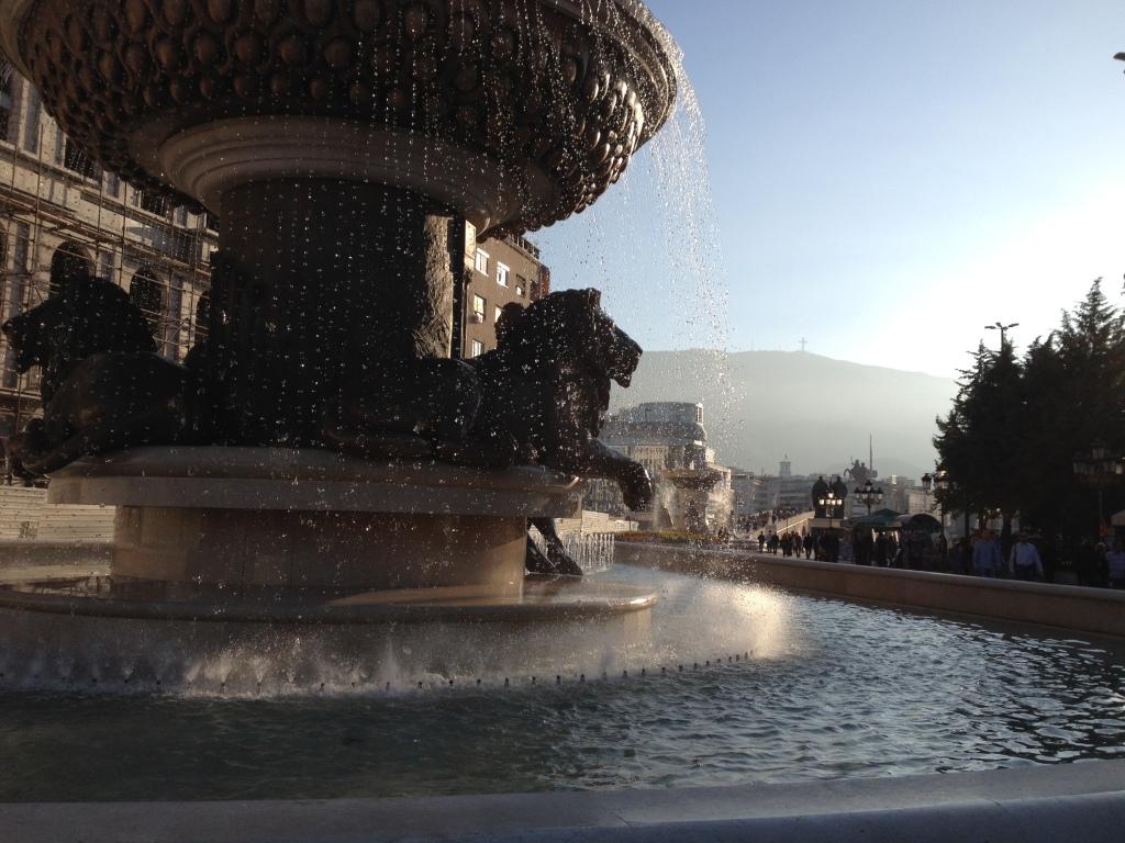 Brunnen mit Blick auf Vodno, den Hausberg von Skopje