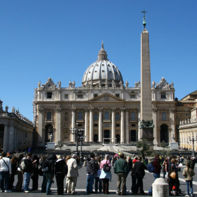 Lange Schlange auf dem Petersplatz - Piazza San Pietro