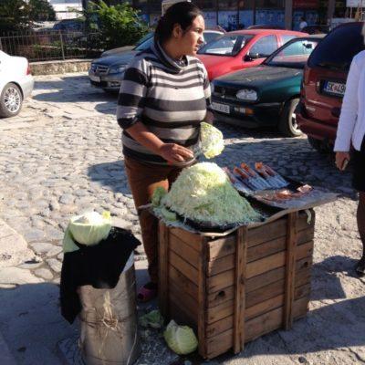 Weißkohlverkäuferin nahe des Old Bazaar