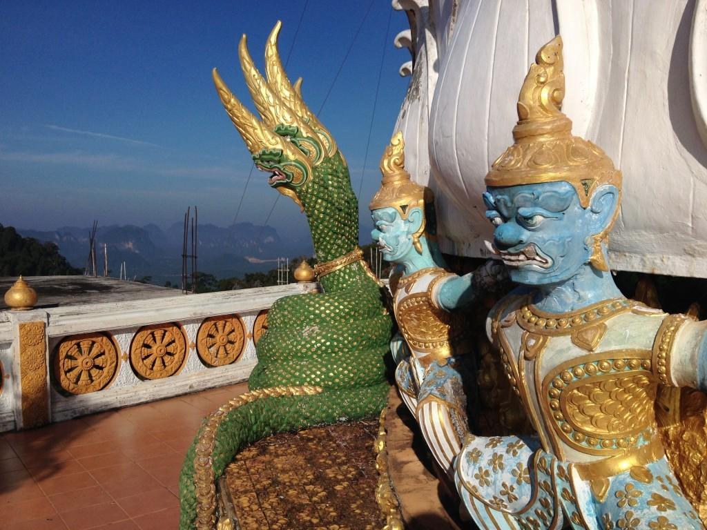 Tiger Cave Temple (Wat Tham Suea) - Blaue Wächter und Drachen auf dem Gipfel