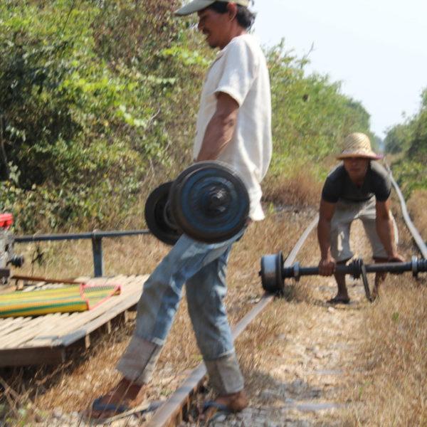Bamboo Train - Gegenverkehr ist kein Problem: anhalten, ein Fahrzeug abbauen, und einmal Rolle Rückwärts