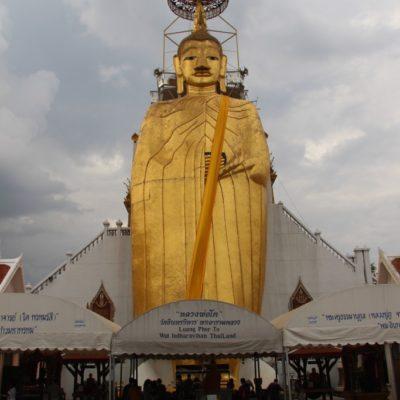 Big Buddha (Luang Pho To) im Wat Indrawiharn ist gigantische 32 Meter hoch und 11 Meter breit.