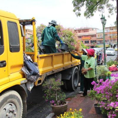 Blumenlieferung vor dem Wat Suthat