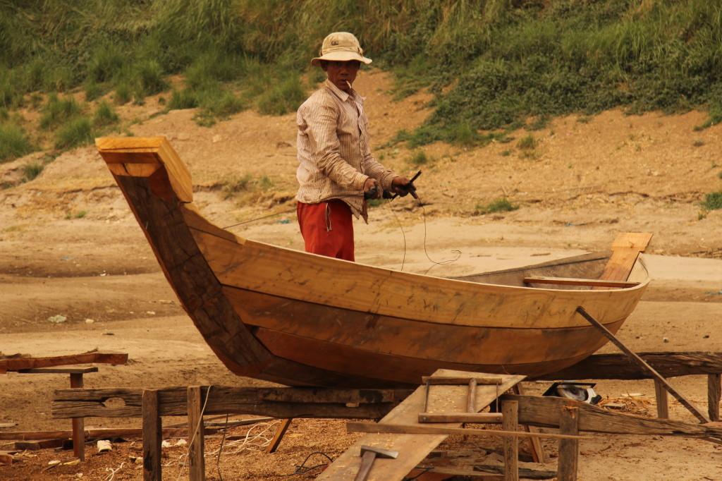 Bootsmann aus dem schwimmenden vietnamesischen Dorf
