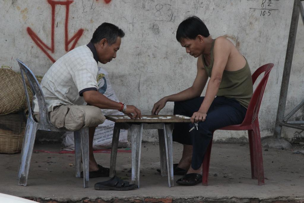 Brettspieler auf dem Markt in Sihanoukville