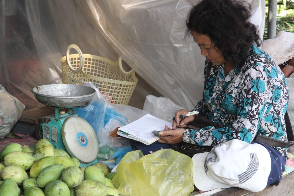 Buchhaltung hinter Mangos auf dem Markt in Sihanoukville