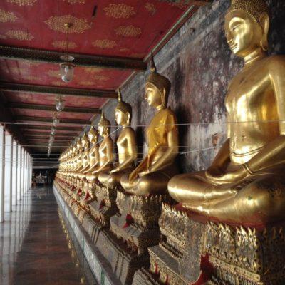 Buddha-Statuen in Meditationshaltung rings um den Wat Suthat