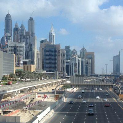 Burj Khalifa / Dubai Mall Station - Direkt neben der Autobahn verläuft die neue Metro
