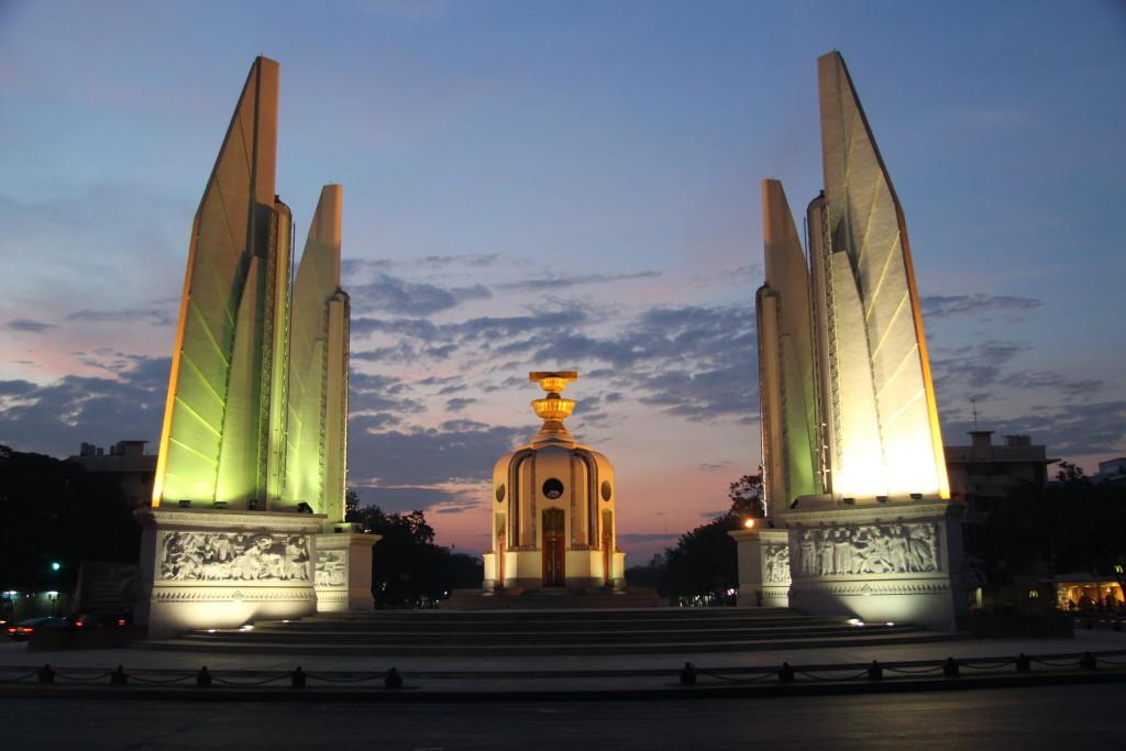 """Das Demokratiedenkmal erinnert an die """"Siamesische Revolution"""" 1932, die zur Einführung der konstitutionellen Monarchie im damaligen Königreich von Siam führte."""