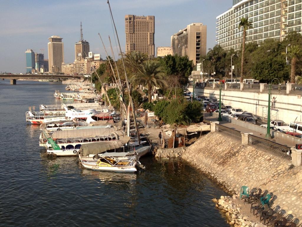 Der Nil - Abgebrannte Häuser im Hintergrund