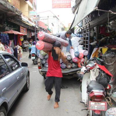 Der Teppichträger nahe des Warorot Market
