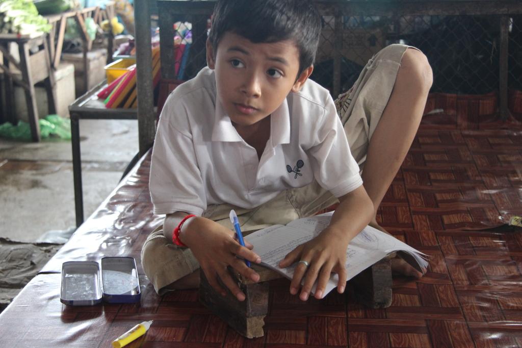 Ein Schuljunge macht fleißig seine Hausaufgaben