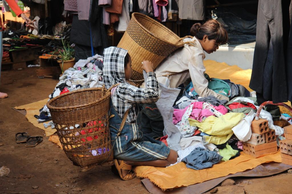Einkaufen auf dem Markt mit Weidenkörben auf dem Rücken