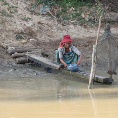 Fische putzen im Mekong