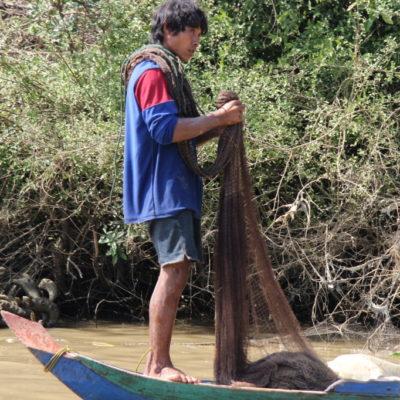 Fischer auf dem Mekong bereitet sein Netz vor