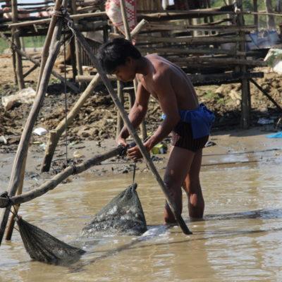Fischer hängt sein Netz auf
