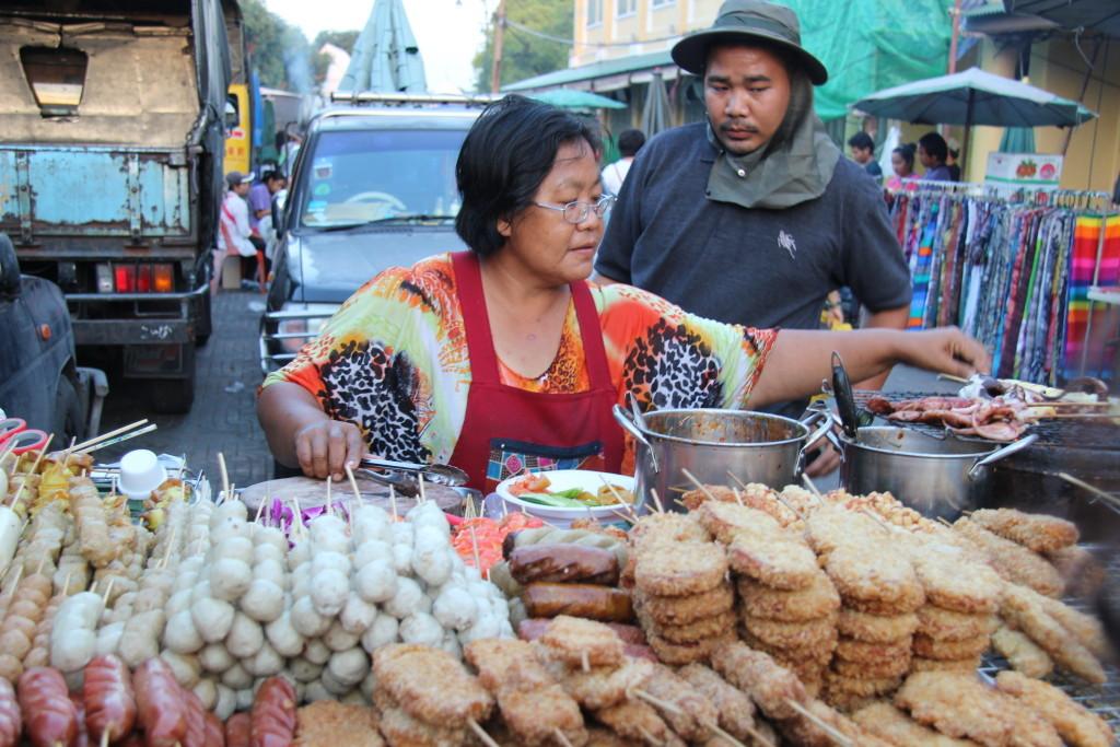 Fleischspieße im Straßenverkauf für den schnellen Hunger