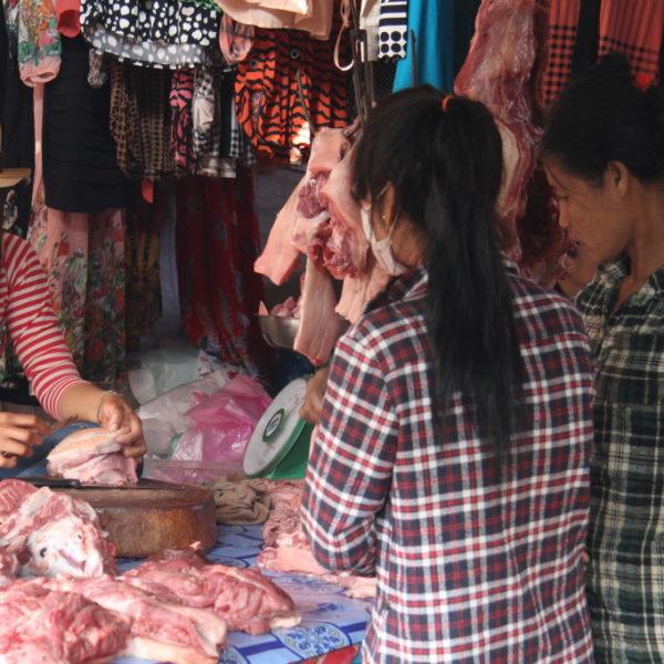 Fleischstand auf dem Markt in Sen Monorum