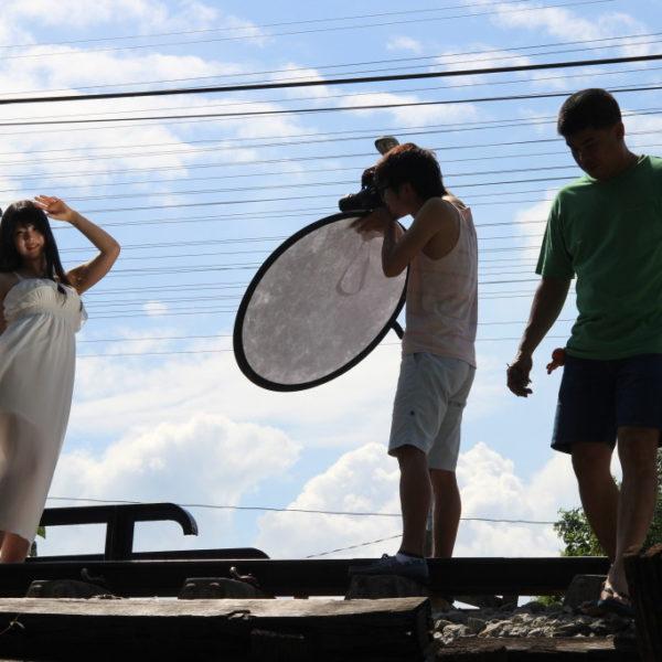 Foto-Shooting auf den Geleisen über Wat Talingchan Floating Market
