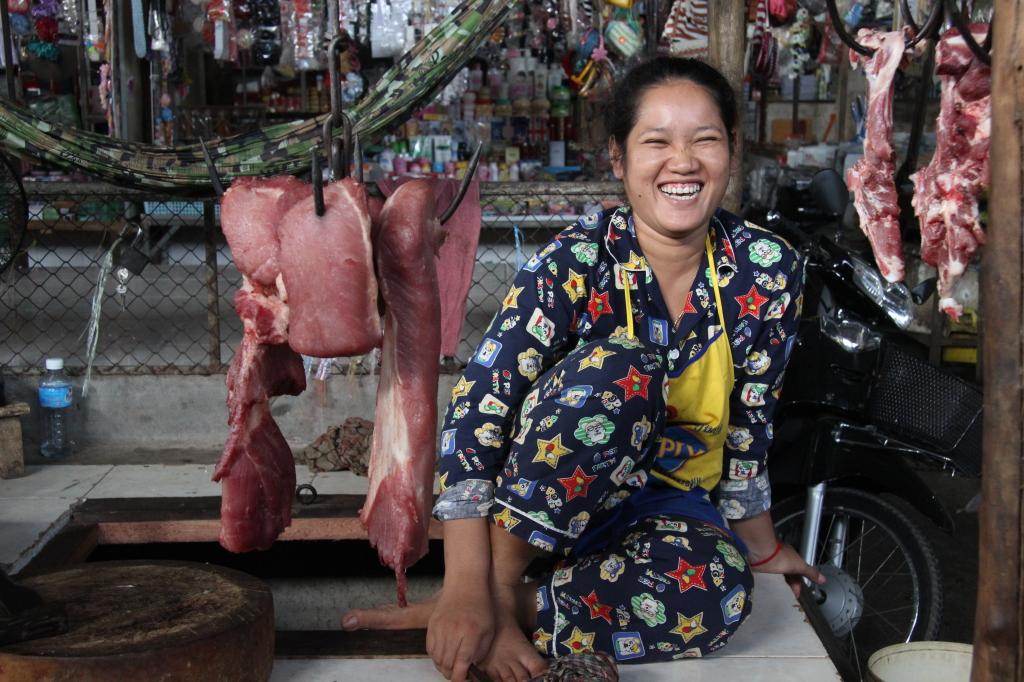 Fröhliche Fleischverkäuferin im Khmer-Pyjama
