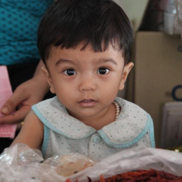 Große Augen, kleines Mädchen