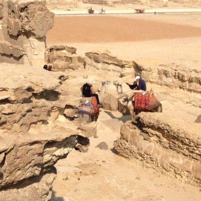 Kameltreiber bei den Pyramiden von Gizeh warten auf Kunschaft