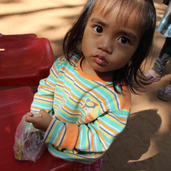 Kleines Mädchen in Angkor Wat