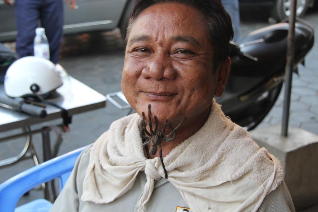Kriegsveteran und Buchverkäufer mit einer Tarantel als Haustier und Touristenattraktion