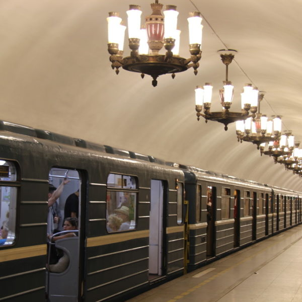 Kronleuchter in der Metro-Station Narvskaya in Sankt Peterburg