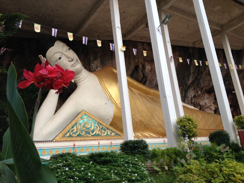 Liegender Buddha am Straßenrand