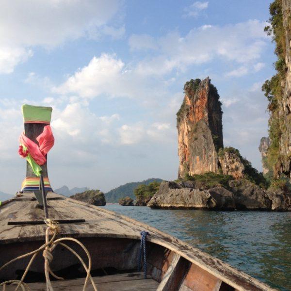 Mit dem Longtail Boot geht es an skurilen Felsen vorbei zum Railay Beach