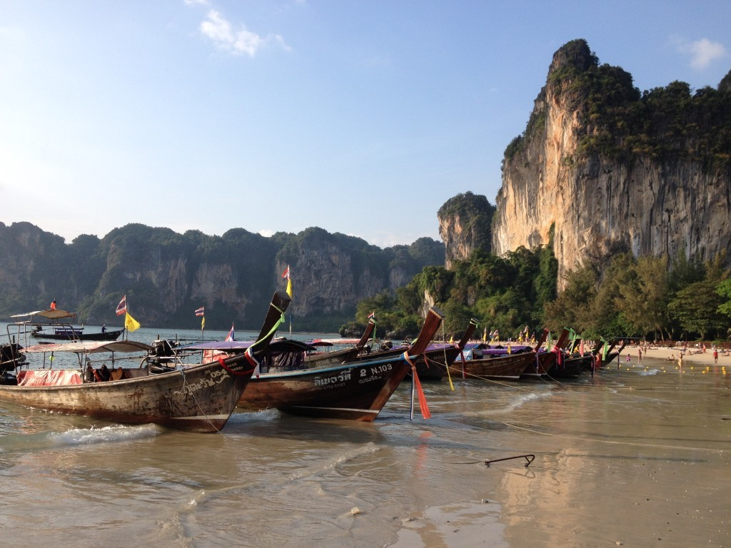 Longtail Boote vo dem Railay Beach