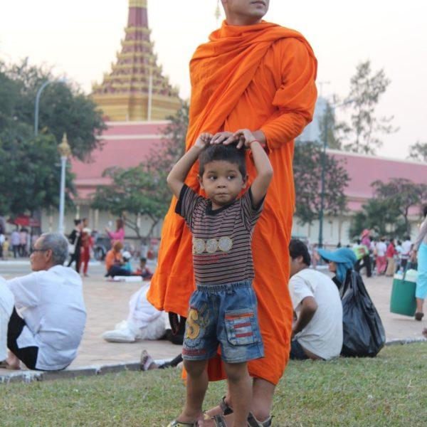 Mönch mit Kind vor dem Königspalast
