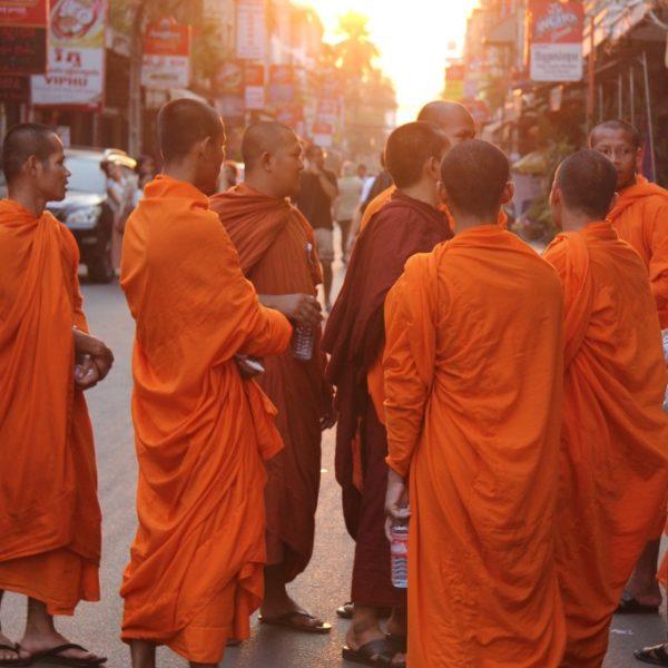 Mönche in den Straßen von Phnom Penh