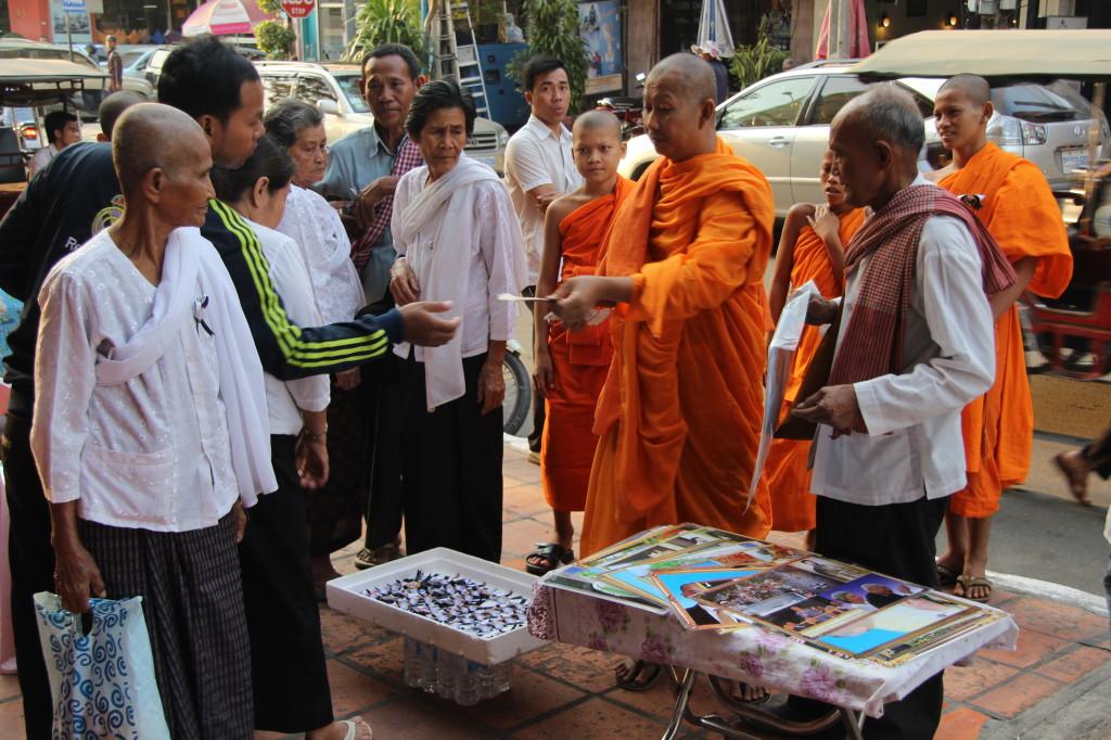 Mönche verkaufen Bilder von Königsvater Norodom Sihanouk
