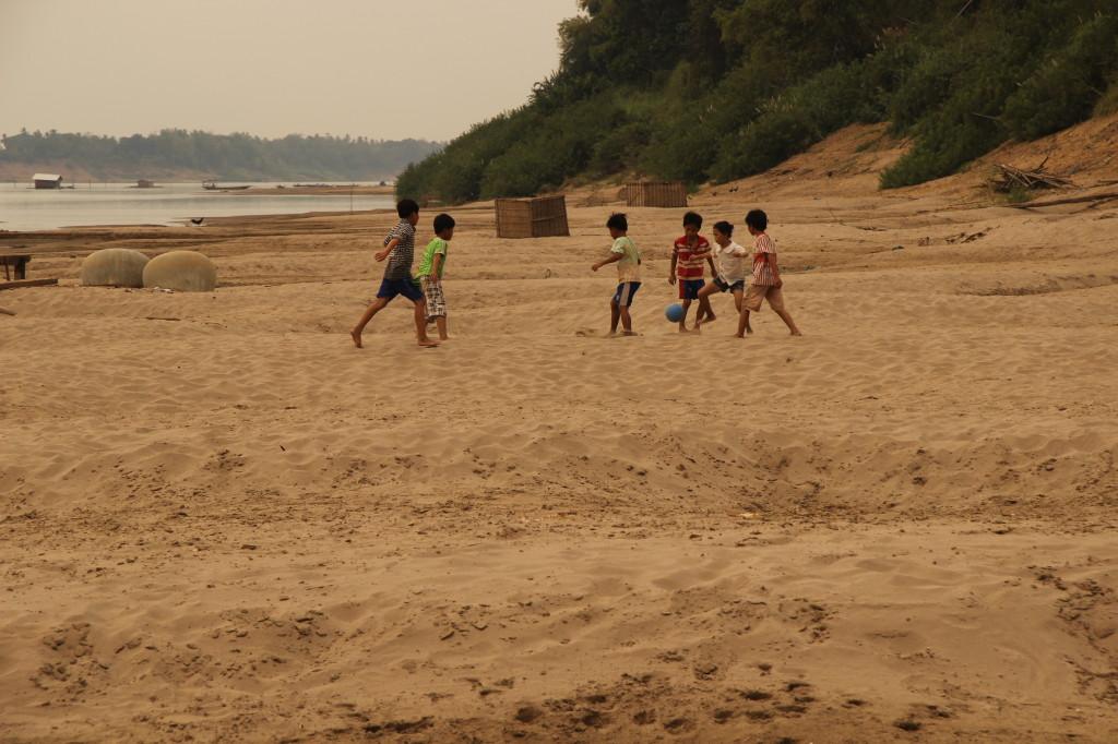 Nachwuchsfussballer aus Koh Trong trainieren in den Sanddünen