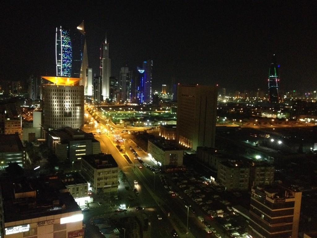 Panoramablick über Kuwait bei Nacht