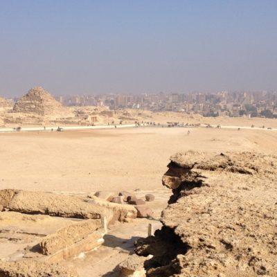 Pyramiden von Gizeh - Cairo im Hintergrund