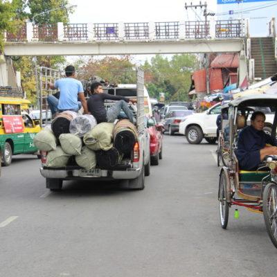 Rikscha und Transporter vor dem Warorot Market