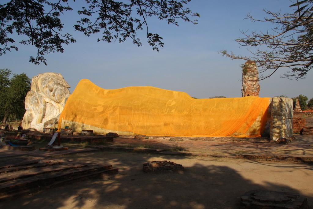 Im Wat Lokayasutharam ruht ein 40 Meter langer Buddha