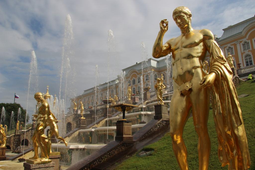 Schloss Peterhof - Goldene Statuen der grossen Kaskade