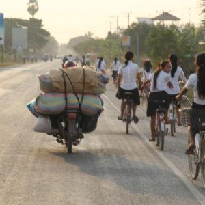 Schulmädchen auf Fahrrädern in Battambang