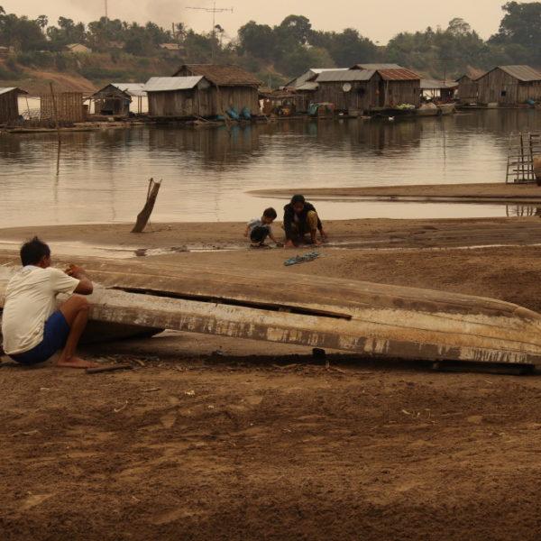 Schwimmendes vietnamesisches Dorf - Arbeiten am Boot
