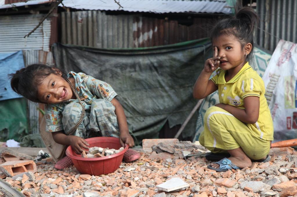 Spielende Mädchen auf dem Markt in Sihanoukville