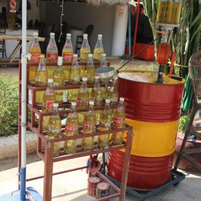 Sprit in Flaschen - Moped-Tankstelle in Phnom Penh